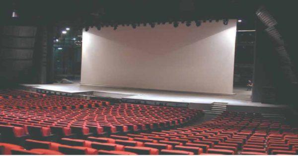 Моторизованный проекционный экран для кинопоказа