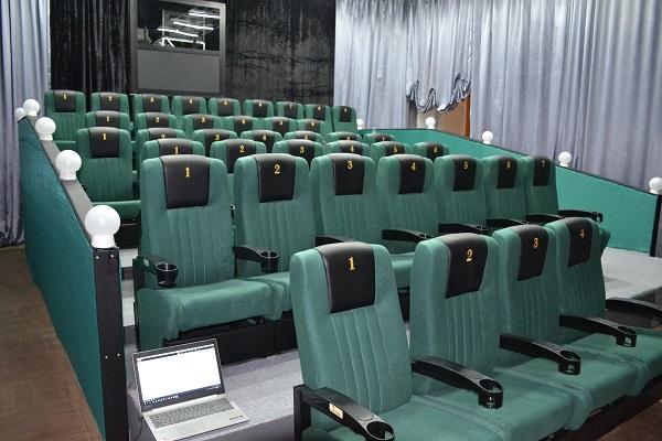 """Новый кинозал в МДК """"Русь"""" (пгт. Малышева) с проектором, размещенным непосредственно в зале"""